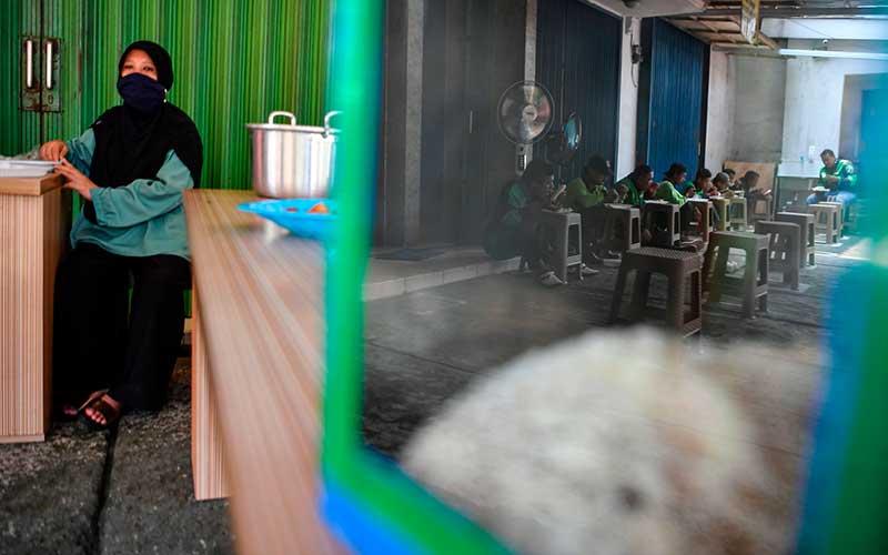 Pengemudi ojek daring menikmati makan siang gratis di Jalan Basuki Rahmat, Jakarta Timur, Kamis (6/8/2020). Pengelola tempat makan gratis tersebut menyediakan 100-140 porsi makan siang gratis untuk pengguna jalan dan masyarakat umum yang terdampak pandemi Covid-19 ANTARA FOTO/Nova Wahyudi