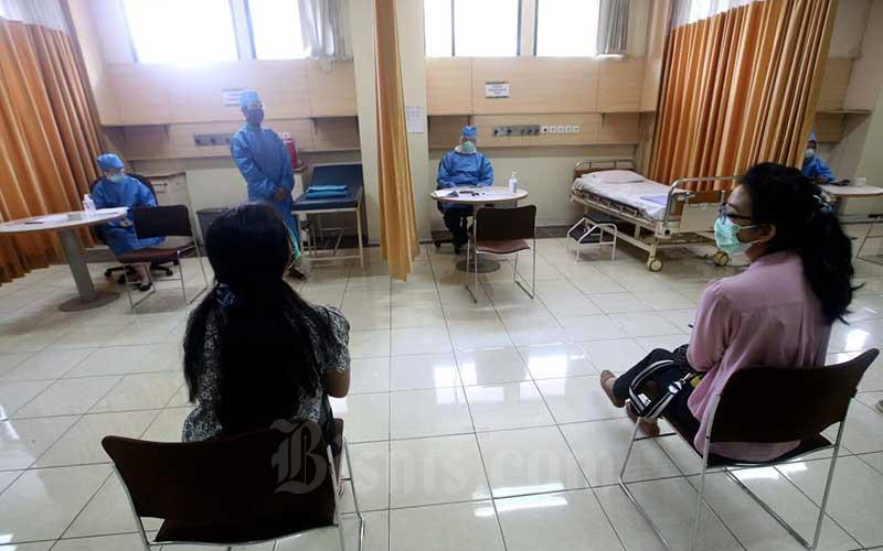 Relawan dan Tenaga Kesehatan melakukan simulasi uji klinis vaksin Covid-19 di Fakultas Kedokteran Universitas Padjadjaran, Bandung, Jawa Barat, Kamis (6/8/2020). Simulasi dilakukan untuk melihat kesiapan pelaksanaan Uji Klinis Fase 3 Vaksin Covid-19 yang akan dilaksanakan pada pertengahan Agustus 2020. Bisnis/Rachman