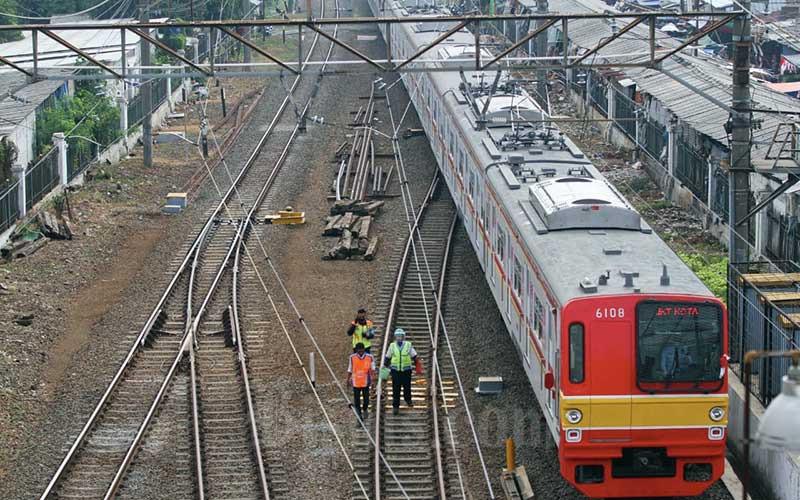 Petugas meninjau kondisi rel kereta di kawasan Depok, Jawa Barat, Sabtu (8/8). Pemerintah menyiapkan paket kebijakan yang lebih komprehensif guna menangani fenomena penumpukan penumpang kereta rel listrik (KRL) Jabodetabek pada waktu tertentu khususnya di wilayah Bogor. Bisnis/Arief Hermawan P
