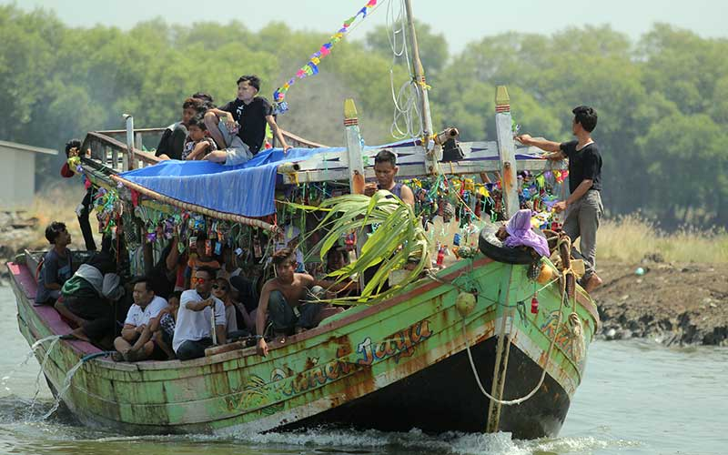 Nelayan mengikuti prosesi larung sesaji saat tradisi Nadran nelayan rajungan di Karangsong, Indramayu, Jawa Barat, Minggu (9/8/2020). Nadran (pesta laut) nelayan rajungan merupakan ungkapan rasa syukur nelayan atas hasil tangkapan rajungan dan keselamatan ketika melaut dengan membuang ke tengah laut kepala kerbau sebagai sesaji. ANTARA FOTO/Dedhez Anggara