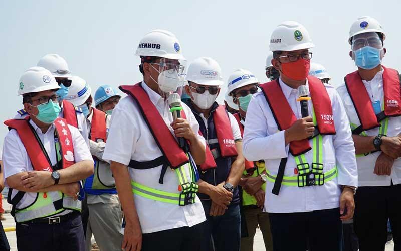 Menteri Perhubungan Budi Karya Sumadi (kedua dari kiri) bersama Gubernur Jawa Barat Ridwan Kamil (kedua kanan) dan Direktur Utama PT PP Novel Arsya (kiri) saat melakukan kunjungan kerja ke pembangunan proyek Pelabuhan Patimban di Jawa Barat, Minggu (09/8/2020). Bisnis