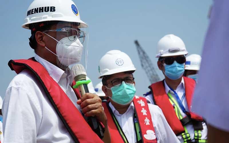 Menteri Perhubungan Budi Karya Sumadi (dari kiri) bersama Direktur Utama PT PP Novel Arsya (kiri) saat melakukan kunjungan kerja ke pembangunan proyek Pelabuhan Patimban di Jawa Barat, Minggu (09/8/2020). Bisnis
