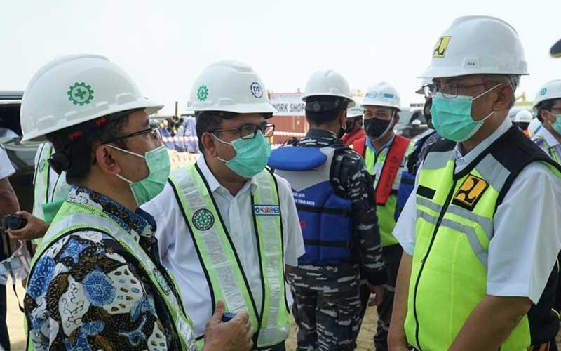 Direktur Utama PT PP Novel Arsya (kedia kiri) saat melakukan kunjungan kerja ke pembangunan proyek Pelabuhan Patimban di Jawa Barat, Minggu (09/8/2020). Bisnis