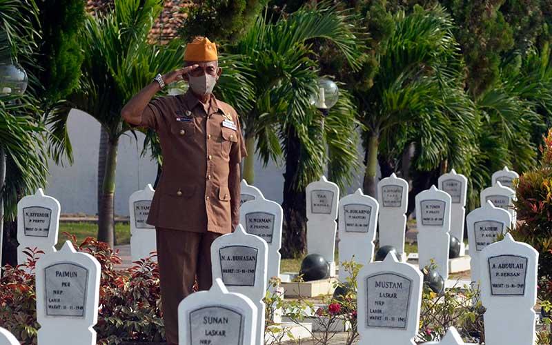 Seorang Veteran memberi hormat saat melakukan ziarah di Taman Makam Pahlawan di Bandar Lampung, Lampung, Senin (10/8/2020). Ziarah tersebut digelar untuk menghormati sekaligus mendoakan arwah para pahlawan yang telah berjuang untuk kemerdekaan serta dalam rangka memperingati Hari Veteran Nasional 2020. ANTARA FOTO/Ardiansyah