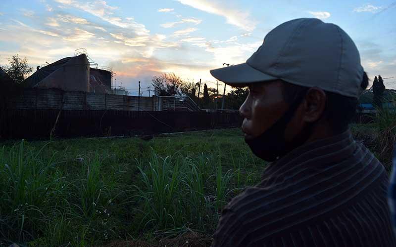 Warga melihat lokasi pabrik bioetanol PT Energi Agro Nusantara (Enero) usai terbakar dan meledak di Desa Gempol Kerep, Kecamatan Gedeg, Kabupaten Mojokerto, Jawa Timur, Senin (10/8/2020). Ledakan tersebut itu menyebabkan 10 orang pekerja mengalami luka bakar dan satu meninggal dunia sedangkan penyebabnya masih belum diketahui. ANTARA FOTO/Syaiful Arif