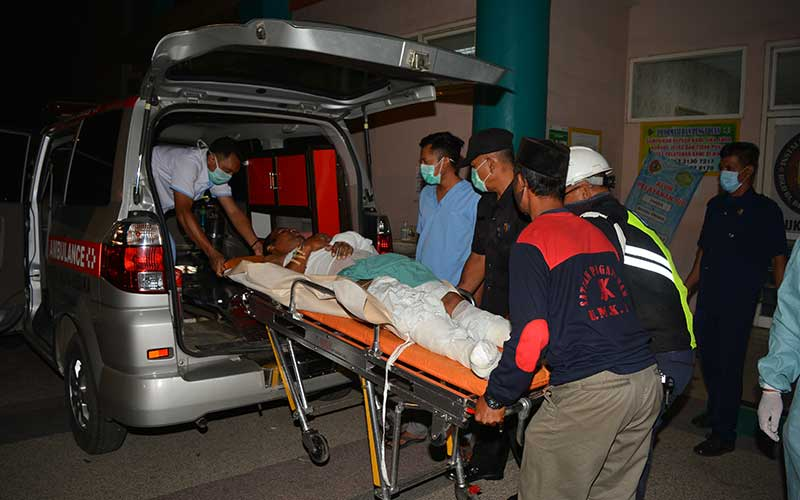 Petugas membawa korban luka ledakan dan kebakaran pabrik bioetanol PT Energi Agro Nusantara (Enero) di RSUD RA Basoeni, Kecamatan Gedeg, Kabupaten Mojokerto, Jawa Timur, Senin (10/8/2020). Ledakan tersebut itu menyebabkan 10 orang pekerja mengalami luka bakar dan satu meninggal dunia sedangkan penyebabnya masih belum diketahui. ANTARA FOTO/Syaiful Arif/