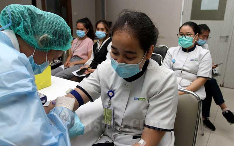 Sejumlah karyawan Siloam Hospitals Kebon Jeruk (SHKJ) mengikuti rapid test serelogy di SHKJ, Jakarta, Selasa (11/8/2020). SHKJ memastikan keamanan dan kesehatan pasien melalui berbagai protokol kesehatan dan penanganan yang diterapkan dengan sangat ketat, baik kepada kepada pasien maupun para tenaga kesehatan, staf hingga pekerja pendukung. Bisnis/Arief Hermawan P
