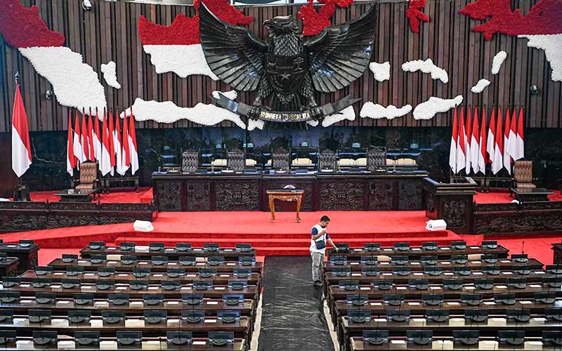 Pekerja menata mic di ruang rapat paripurna Gedung Nusantara, Kompleks Parlemen, Senayan, Jakarta, Selasa (11/8/2020). Persiapan terus dilakukan jelang Sidang Tahunan MPR dan Pidato Kenegaraan Presiden pada 14 Agustus mendatang. ANTARA FOTO/Nova Wahyudi