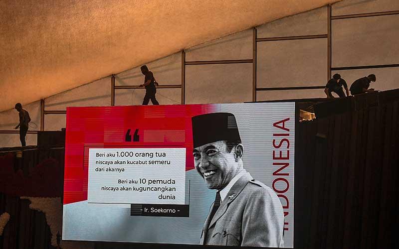 Pekerja memasang pengeras suara di ruang rapat paripurna Gedung Nusantara, Kompleks Parlemen, Senayan, Jakarta, Selasa (11/8/2020). Persiapan terus dilakukan jelang Sidang Tahunan MPR dan Pidato Kenegaraan Presiden pada 14 Agustus mendatang. ANTARA FOTO/Nova Wahyudi