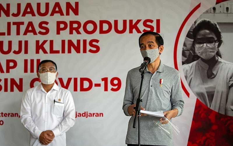 Presiden Joko Widodo menyampaikan keterangan pers didampingi Menteri Kesehatan Terawan Agus Putranto (kiri) seusai melakukan peninjauan fasilitas produksi dan uji klinis tahap III vaksin Covid-19 di Fakultas Kedokteran Universitas Padjadjaran, Bandung, Selasa (11/8/2020). ANTARA FOTO/Dhemas Reviyanto