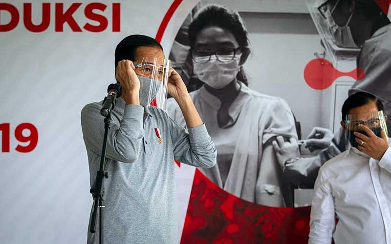 Presiden Joko Widodo bersama Sekretaris Kabinet Pramono Anung (kanan) seusai melakukan peninjauan fasilitas produksi dan uji klinis tahap III vaksin Covid-19 di Fakultas Kedokteran Universitas Padjadjaran, Bandung, Selasa (11/8/2020). ANTARA FOTO/Dhemas Reviyanto