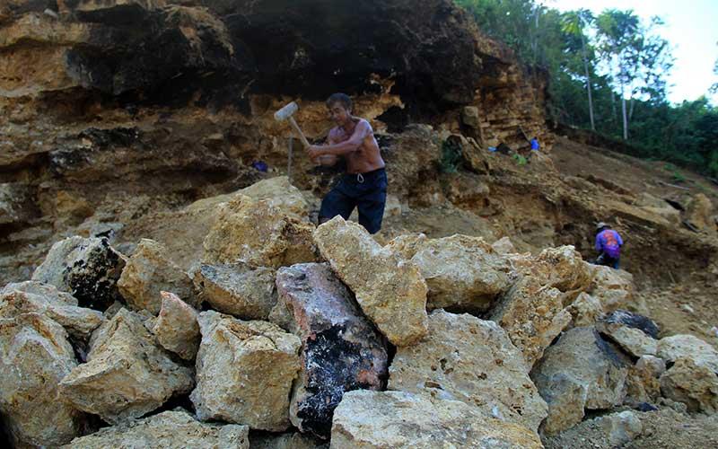 Sejumlah pekerja memecahkan batu secara tradisional di Desa Bambu, Mamuju, Sulawesi Barat, Rabu (12/8/2020). Semenjak pandemi Covid-19 melanda, sebagian warga di daerah tersebut beralih pekerjaan menjadi tukang pemecah batu tradisional dan kemudian menjual batu dengan harga Rp 50 ribu per meter kubik. ANTARA FOTO/ Akbar Tado