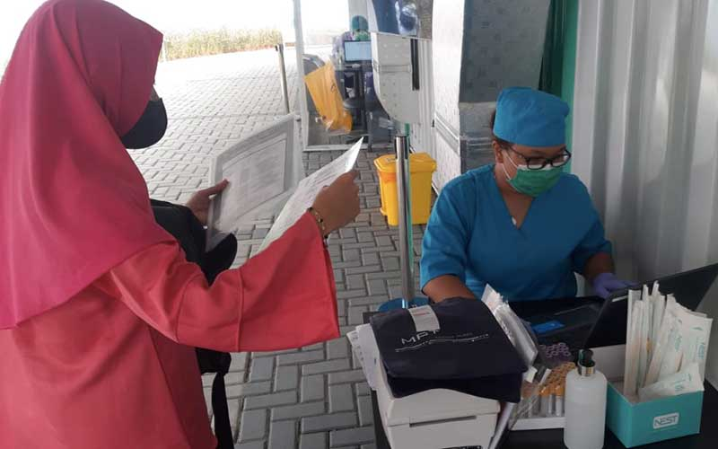 Warga mendaftar untuk melakukan tes usap atau PCR test virus Covid-19 di Genomik Solidaritas Indonesia (GSI), Jakarta, Rabu (12/8/2020). GSI Lab melakukan tes usap Covid-19 secara walk thru, ride thru, dan drive thru. Bisnis/Hendri T Asworo