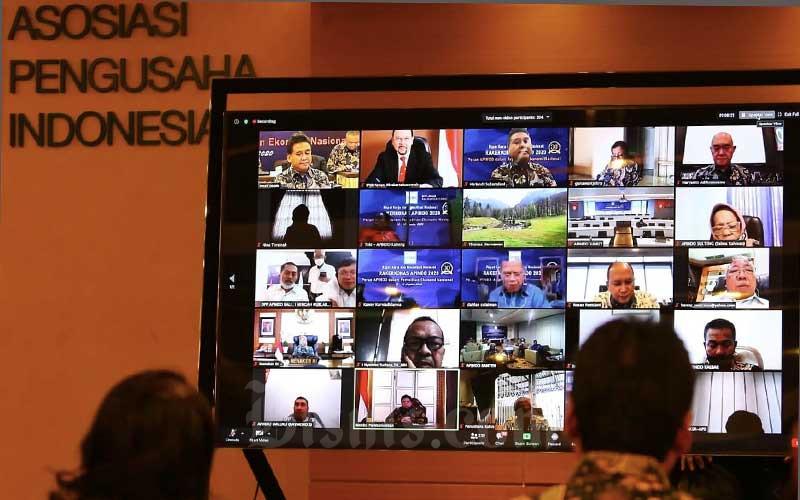 Suasana saat berlangsungnya Rapat Kerja dan Konsultasi Nasional (Rakerkonas) APINDO 2020 yang dilakukan secara virtual di Jakarta, Rabu (12/8/2020). Rakerkonas APINDO 2020 tersebut mengangkat tema peran APINDO dalam pemulihan ekonomi nasional. Bisnis/Eusebio Chrysnamurti