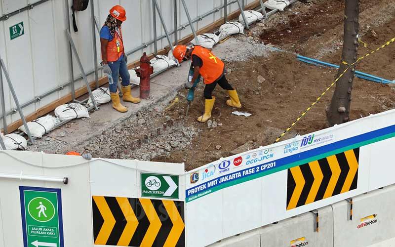 Pekerja menyelesaikan proyek pembangunan MRT fase 2A di Jalan MH Thamrin, Jakarta, Rabu (12/8/2020). Direktur Utama PT MRT Jakarta William P Sabandar mengatakan bahwa proyek MRT fase 2A merupakan bagian dari pemulihan ekonomi, pada tahun ini pengerjaan proyek MRT Jakarta bakal menyerap anggaran Rp 1,5 triliun. Bisnis/Eusebio Chrysnamurti