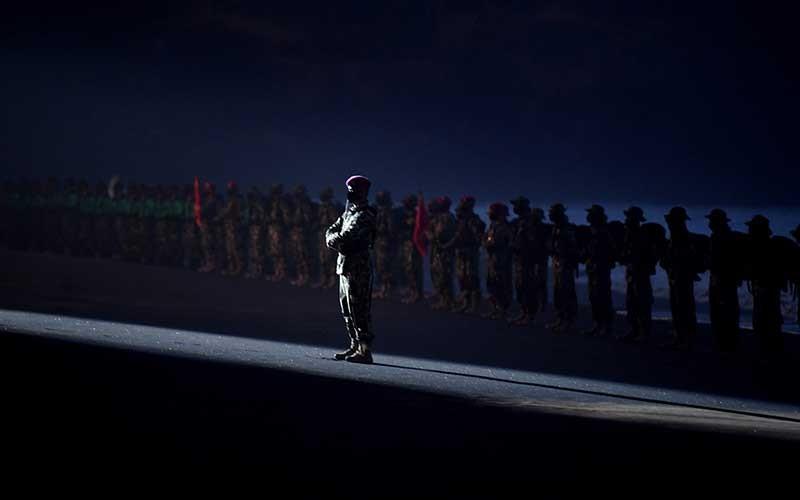 Suasana upacara Pembaretan Prajurit Korps Marinir di Pantai Baruna Kondang Iwak, Malang, Jawa Timur, Rabu (12/8/2020).  Upacara pembaretan tersebut diikuti 20 Perwira Remaja Korps Marinir TNI AL angkatan XLV dan 166 Bintara Remaja Korps Marinir TNI AL angkatan XXXIX/1 2020 dan selanjutnya akan ditempatkan ke seluruh wilayah di Indonesia. ANTARA FOTO/Zabur Karuru
