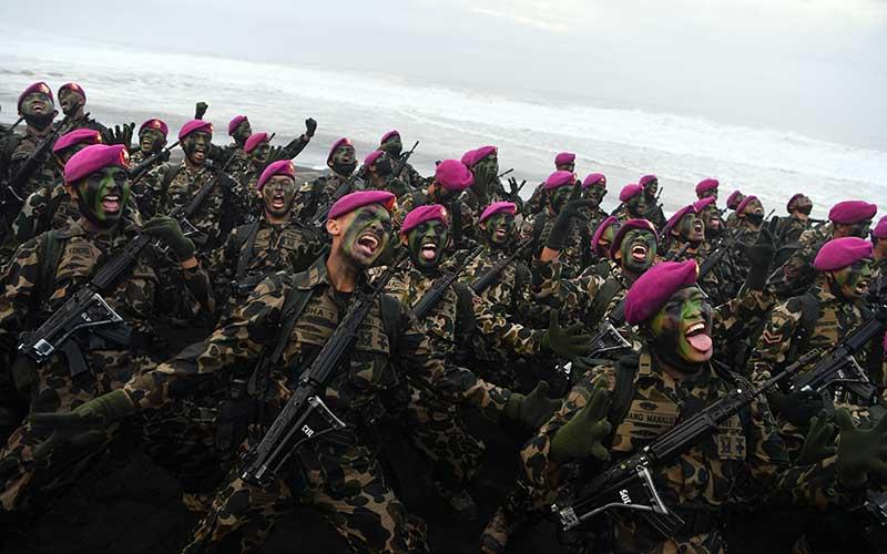 Perwira dan Bintara Remaja Korps Marinir meneriakan yel-yel usai upacara Pembaretan Prajurit Korps Marinir di Pantai Baruna Kondang Iwak, Malang, Jawa Timur, Rabu (12/8/2020). ANTARA FOTO/Zabur Karuru