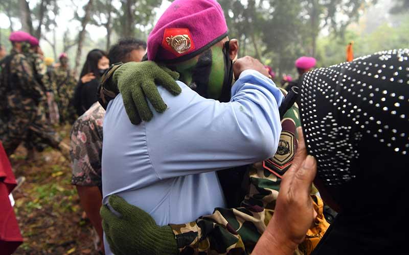 Seorang Bintara Remaja Korps Marinir memeluk orang tuanya saat temu keluarga usai upacara Pembaretan Prajurit Korps Marinir di Pantai Baruna Kondang Iwak, Malang, Jawa Timur, Rabu (12/8/2020). ANTARA FOTO/Zabur Karuru
