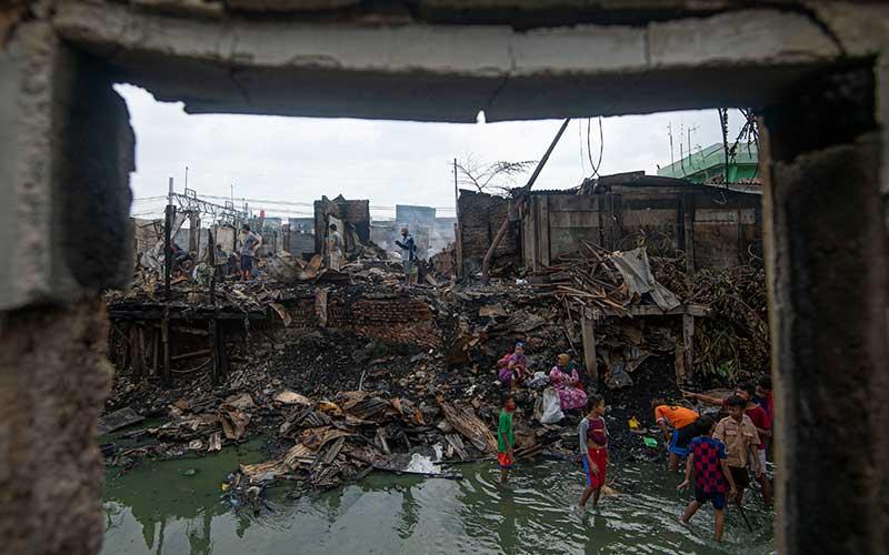 Sejumlah warga mengais barang-barang yang selamat dari kebakaran di perkampungan padat penduduk di Duri Selatan, Tambora, Jakarta Barat, Jakarta, Rabu (12/8/2020). Kebakaran tersebut mengakibatkan sebanyak 974 warga di empat rukun tetangga (RT) kehilangan tempat tinggal dan satu pasar tradisional terbakar. ANTARA FOTO/Aditya Pradana Putra