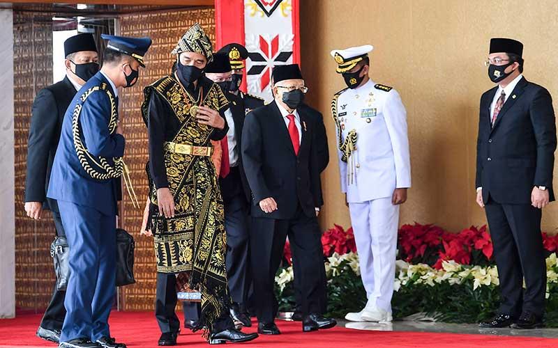 Presiden Joko Widodo dan Wapres Ma'ruf Amin tiba di lokasi sidang tahunan MPR dan Sidang Bersama DPR-DPD di Komplek Parlemen, Senayan, Jakarta, Jumat (14/8/2020). ANTARA FOTO/Galih Pradipta