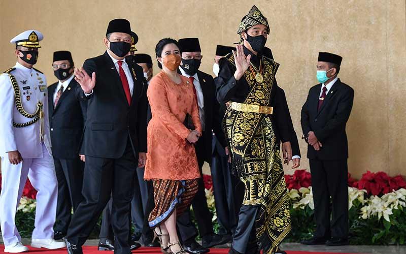 Presiden Joko Widodo dan Wakil Presiden Ma'ruf Amin didampingi Ketua MPR Bambang Soesatyo dan Ketua DPR Puan Maharani tiba di lokasi sidang tahunan MPR dan Sidang Bersama DPR-DPD di Komplek Parlemen, Senayan, Jakarta, Jumat (14/8/2020). ANTARA FOTO/Galih Pradipta