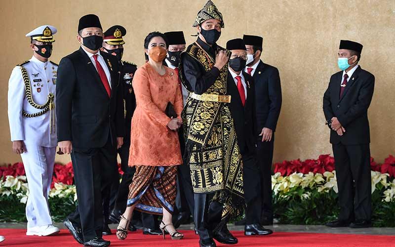 Presiden Joko Widodo dan Wakil Presiden Ma'ruf Amin didampingi Ketua MPR Bambang Soesatyo dan Ketua DPR Puan Maharani tiba di lokasi sidang tahunan MPR dan Sidang Bersama DPR-DPD di Komplek Parlemen, Senayan, Jakarta, Jumat (14/8/2020). ANTARA FOTO/Galih Pradipta/pras.