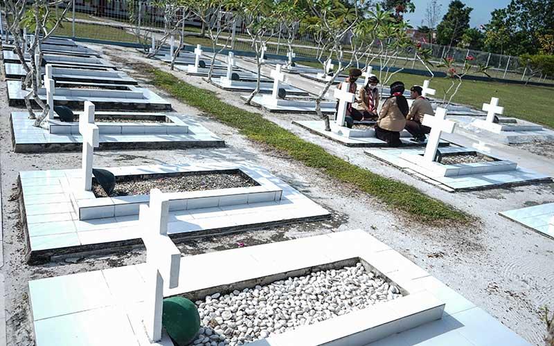 Sejumlah anggota Kwartir Gerakan Pramuka daerah Kalteng berdoa di Taman Makam Pahlawan, Palangkaraya, Kalimantan Tengah, Jumat (14/8/2020). Dalam rangka memperingati Hari Pramuka ke-59, gerakan pramuka tersebut melakukan ziarah ke Taman Makam Pahlawan untuk menghormati dan mengenang jasa-jasa para pahlawan. ANTARA FOTO/Makna Zaezar