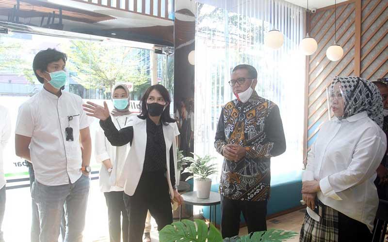 Gubernur Sulawesi Selatan Nurdin Abdullah (kedua kanan) berbincang dengan Pelaksana tugas Dirut Bank Sulawesi Selatan dan Barat (Sulselbar) Irmayanti Sultan (kedua kiri), dan Direktur Pemasaran dan Syariah Rosmala Arifin disela sela peresmian gallery ATM Bank Sulselbar di Makassar, Sulawesi Selatan, Jumat (14/8/2020). Bisnis/Paulus Tandi Bone