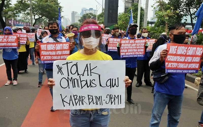 Sejumlah massa yang tergabung dalam Front Perjuangan Rakyat (FPR) melakukan aksi unjuk rasa di Jalan Gerbang Pemuda, Senayan, Jakarta, Jumat (14/8/2020). Dalam aksinya mereka menolak rencana pengesahan RUU Omnibus Law Cipta Lapangan kerja. Bisnis/Eusebio Chrysnamurti