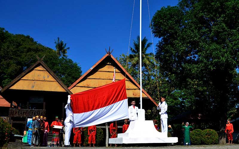 Pasukan pengibar bendera mengibarkan bendera merah putih saat upacara memperingati Kemerdekaan RI di Kawasan Balla Lompoa Kecamatan Bajeng, Kabupaten Gowa, Sulawesi Selatan, Jumat (14/8/2020). ANTARA FOTO/Abriawan Abhe