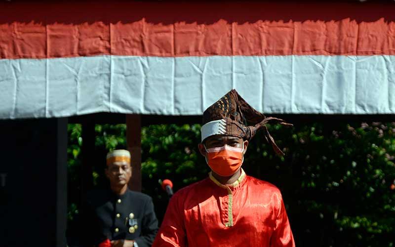 Keluarga Kerajaan Bajeng memakai baju adat memimpin upacara memperingati Kemerdekaan RI di Kawasan Balla Lompoa Kecamatan Bajeng, Kabupaten Gowa, Sulawesi Selatan, Jumat (14/8/2020). ANTARA FOTO/Abriawan Abhe