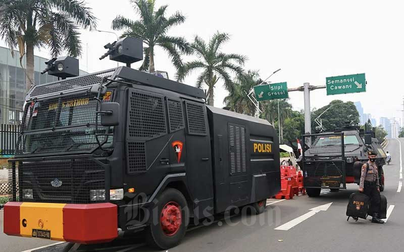 Petugas kepolisian berjalan di Jalan Gerbang Pemuda, Senayan, saat melakukan pengamanan Sidang Tahunan MPR RI 2020 di Jakarta, Jumat (14/8/2020). Bisnis/Eusebio Chrysnamurti