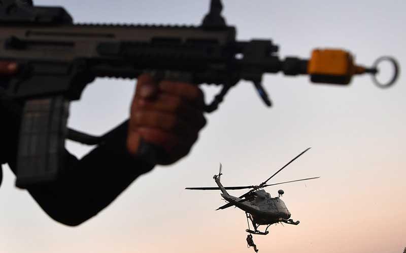 Pasukan Katak TNI AL bersiaga saat Helikopter Bell 412  akan menurunkan tim terjun tempur pasukan khusus Intai Amfibi Marinir saat Latihan Operasi Dukungan Pasukan Khusus Gabungan TNI AL di kawasan Pantai Tengket, Bangkalan, Jawa Timur, Jumat (14/8/2020). ANTARA FOTO/Zabur Karuru
