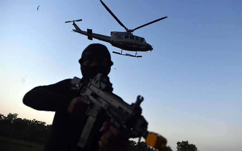 Pasukan  Katak TNI AL bersiaga saat Helikopter Bell 412  akan menurunkan tim terjun tempur saat Latihan Operasi Dukungan  Pasukan Khusus Gabungan TNI AL di kawasan Pantai Tengket, Bangkalan, Jawa Timur, Jumat (14/8/2020). ANTARA FOTO/Zabur Karuru