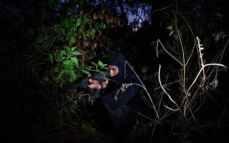Pasukan  Katak TNI AL mengintai dari semak belukar pada Latihan Operasi Dukungan  Pasukan Khusus Gabungan TNI AL di kawasan Pantai Tengket, Bangkalan, Jawa Timur, Jumat (14/8/2020). ANTARA FOTO/Zabur Karuru
