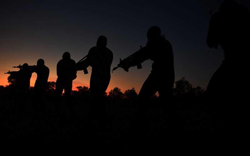Pasukan  Katak TNI AL berbaris menuju titik kumpul usai melumpuhkan musuh di area pantai pada Latihan Operasi Dukungan  Pasukan Khusus Gabungan TNI AL di kawasan Pantai Tengket, Bangkalan, Jawa Timur, Jumat (14/8/2020). ANTARA FOTO/Zabur Karuru