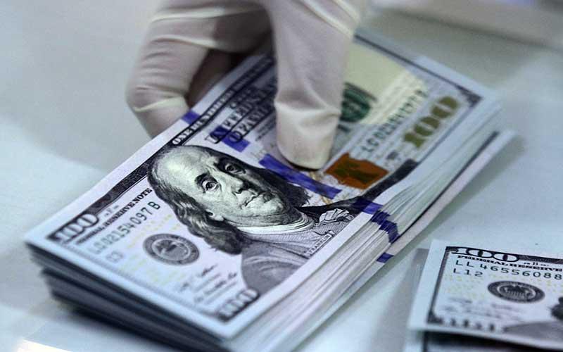 Karyawan bank menunjukkan mata uang dollar Amerika Serikat (AS) yang disetor nasabah di bank BNI Kantor Cabang Pembantu (KCP) Universitas Brawijaya, Malang, Jawa Timur, Jumat (14/8/2020). ANTARA FOTO/Ari Bowo Sucipto