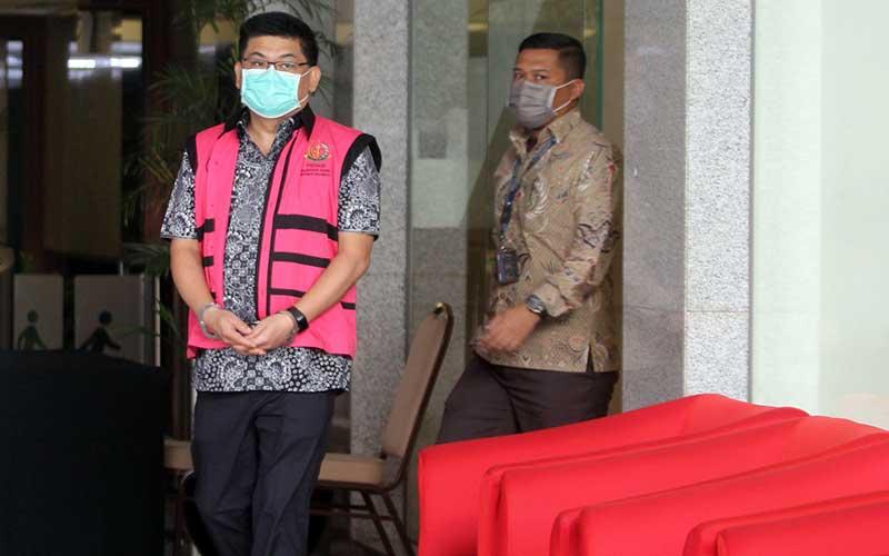 Tersangka Komisaris Utama PT Trada Alam Minera Tbk (TRAM) Heru Hidayat  berjalan meninggalkan ruangan usai menjalani pemeriksaan oleh Penyidik Kejaksaan Agung di Gedung KPK , Jakarta, Jumat (14/8/2020). ANTARA FOTO/Reno Esnir