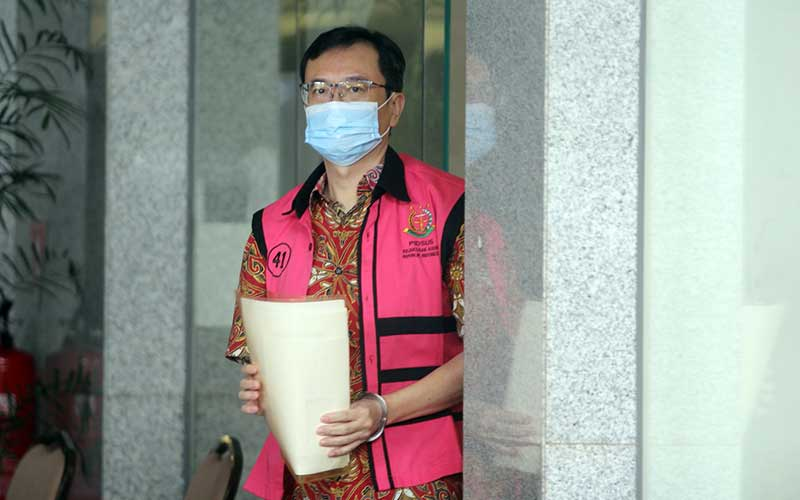 Terdakwa Komisaris PT Hanson International Benny Tjokrosaputro alias Bentjok berjalan meninggalkan ruangan usai menjalani pemeriksaan oleh Penyidik Kejaksaan Agung di Gedung KPK, Jakarta, Jumat (14/8/2020). ANTARA FOTO/Reno Esnir