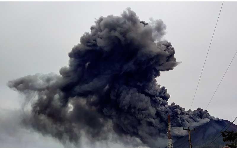 Gunung Sinabung menyemburkan material vulkanik saat erupsi di Desa Sigarang garang, Karo, Sumatera Utara, Jumat (14/8/2020). ANTARA FOTO/Sastrawan Ginting