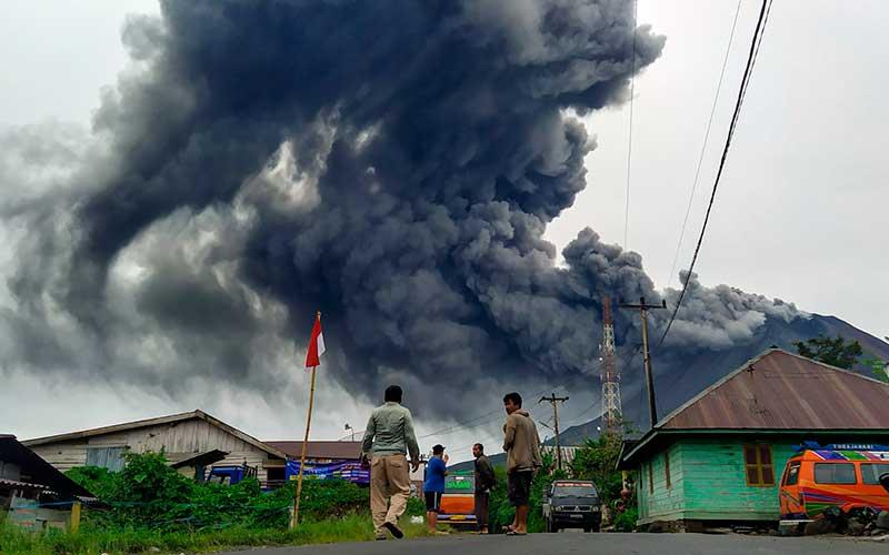 Warga mengamati Gunung Sinabung menyemburkan material vulkanik saat erupsi di Desa Sigarang garang, Karo, Sumatera Utara, Jumat (14/8/2020). ANTARA FOTO/Sastrawan Ginting