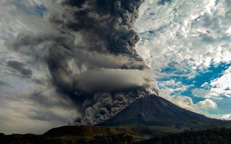 Gunung Sinabung menyemburkan material vulkanik saat erupsi di Desa Suka Nalu, Karo, Sumatera Utara, Jumat (14/8/2020). ANTARA FOTO/Tibta Peranginangin