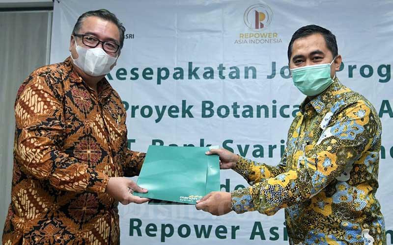 Regional CEO Bank Syariah Mandiri Jakarta Deden Durachman (kanan) dan Direktur PT Repower Asia Indonesia Tbk Rully Muliarto (kiri) foto bersama seusai menandatangani kerja samapembiayaan kepemilikan rumah dengan prinsip syariah (Griya Berkah) di Jakarta, Senin (7/9/2020). Bisnis/Abdurachman