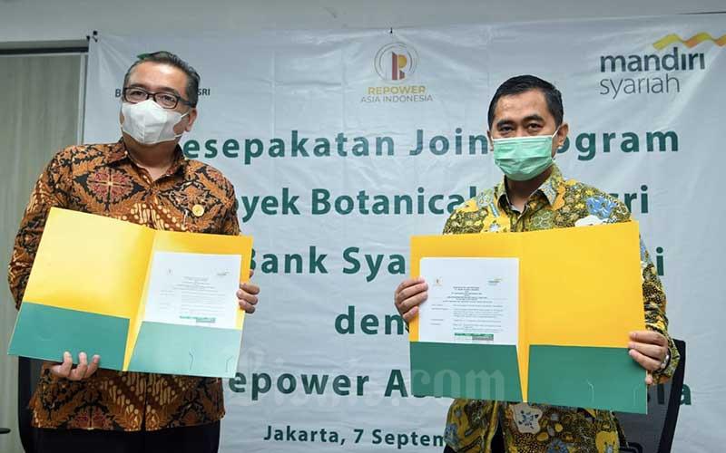 Regional CEO Bank Syariah Mandiri Jakarta Deden Durachman (kanan) dan Direktur PT Repower Asia Indonesia Tbk Rully Muliarto (kiri) foto bersama seusai menandatangani kerja sama pembiayaan kepemilikan rumah dengan prinsip syariah (Griya Berkah) di Jakarta, Senin (7/9/2020). Bisnis/Abdurachman
