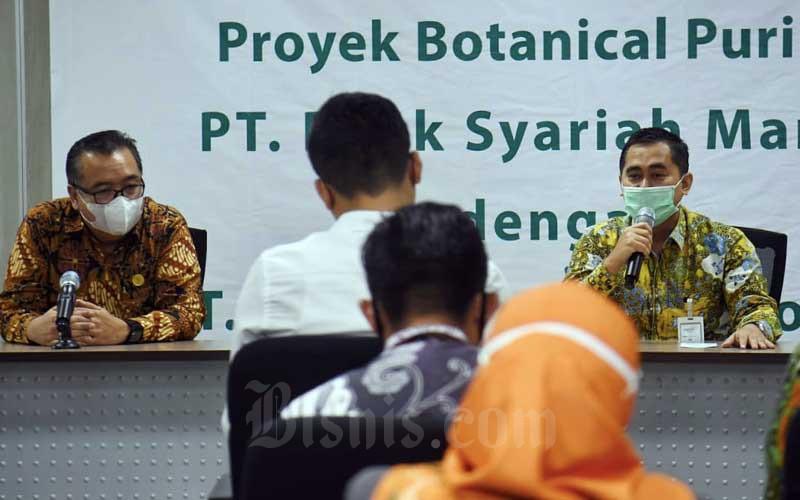 Regional CEO Bank Syariah Mandiri Jakarta Deden Durachman (kanan) dan Direktur PT Repower Asia Indonesia Tbk Rully Muliarto (kiri) memberikan keterangan seusai menandatangani kerja sama pembiayaan kepemilikan rumah dengan prinsip syariah (Griya Berkah) di Jakarta, Senin (7/9/2020). Bisnis/Abdurachman