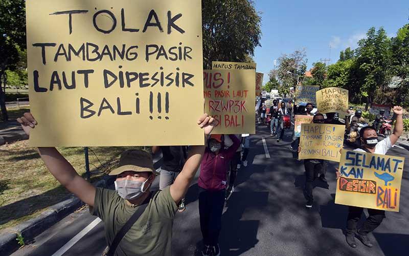 Pengunjuk rasa dari WALHI Bali memajang tulisan dalam aksi menolak alokasi ruang tambang pasir laut dalam Rencana Zonasi Wilayah Pesisir dan Pulau-Pulau Kecil Provinsi Bali (RZWP3K Bali) di Denpasar, Bali, Sabtu (12/9/2020). Aksi tersebut mendesak Gubernur dan DPRD Bali untuk menghapus alokasi ruang tambang pasir laut dalam RZWP3K yang dinilai memberi potensi rusaknya lima kawasan pantai di Bali dengan luas total 1.297,87 hektare. ANTARA FOTO/Nyoman Hendra Wibowo