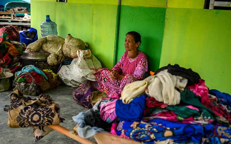 Seorang ibu dievakuasi ke rumah kerabatnya setelah rumahnya ambruk akibat banjir bandang di Desa Rogo, Kecamatan Dolo Selatan, Kabupaten Sigi, Sulawesi Tengah, Selasa (15/9/2020). Banjir bandang yang terjadi pada Senin (14/9/2020) malam karena hujan lebat itu mengakibatkan sedikitnya 15 rumah warga rusak berat dan puluhan lainnya rusak ringan dan digenangi lumpur serta 59 Kepala Keluarga atau atau 224 jiwa terpaksa mengungsi ke tempat aman. ANTARA FOTO/Basri Marzuki