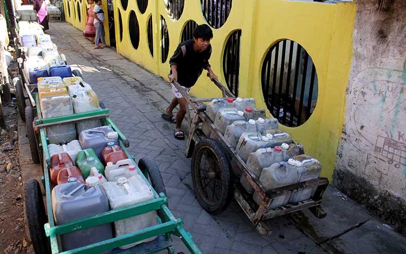 Warga mengangkut jeriken berisi air bersih di Kelurahan Tallo, Makassar, Sulawesi Selatan, Rabu (16/9/2020). Warga di daerah itu mengaku kesulitan mendapatkan air bersih untuk kebutuhan sehari-hari akibat musim kemarau dan berharap adanya bantuan dari pemerintah setempat. ANTARA FOTO/Arnas Padda