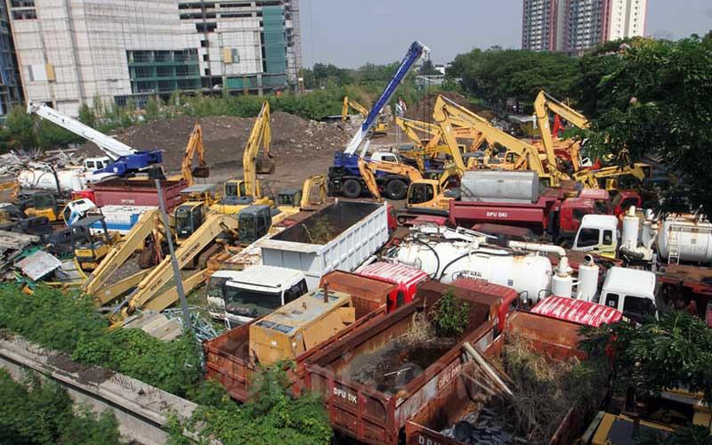 Alat berat parkir di lapangan di  Jakarta, Rabu (16/9/2020). Pembiayaan alat berat hanya berhasil menyentuh angka Rp33,68 triliun pada Maret 2020, tercatat turun 12,3 persen (year-on-year/yoy) dari Maret 2019 sebesar Rp38,41 triliun. Bisnis/Dedi Gunawan