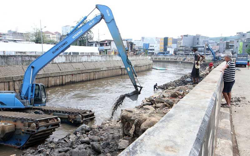 Alat berat mengeruk lumpur  sungai Ciliwung di Jakarta, Rabu (16/9/2020). Pembiayaan alat berat hanya berhasil menyentuh angka Rp33,68 triliun pada Maret 2020, tercatat turun 12,3 persen (year-on-year/yoy) dari Maret 2019 sebesar Rp38,41 triliun. Bisnis/Dedi Gunawan